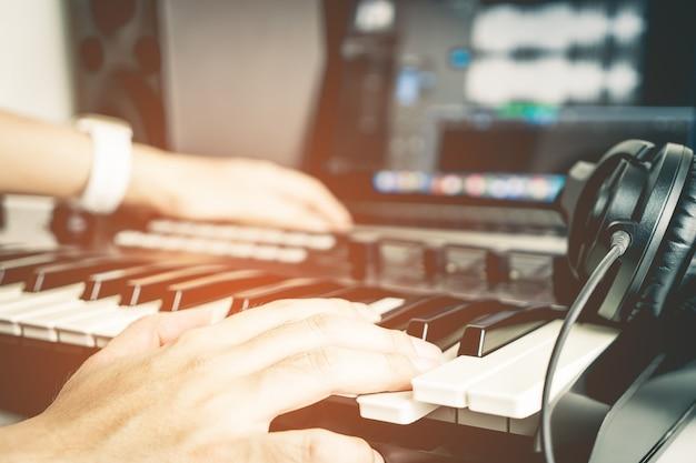 Musiker nimmt musik auf desktop-studio auf