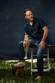 Musiker posiert mit seinem instrument