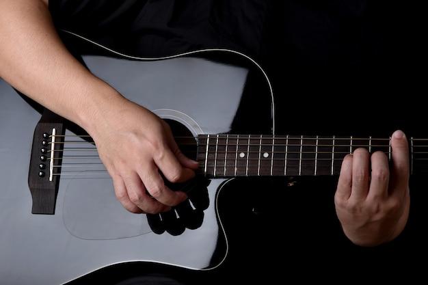 Musiker spielt akustikgitarre.