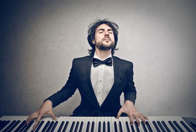 Musiker spielt auf einem klavier