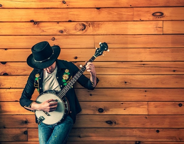 Musiker spielt banjo