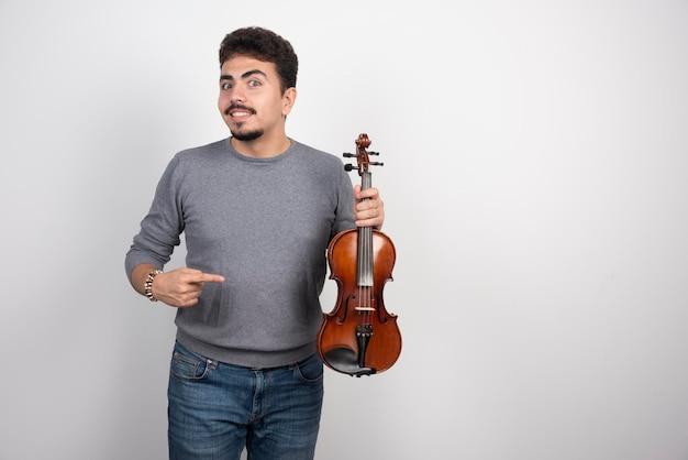 Musiker spielt geige und sieht inspiriert und positiv aus.