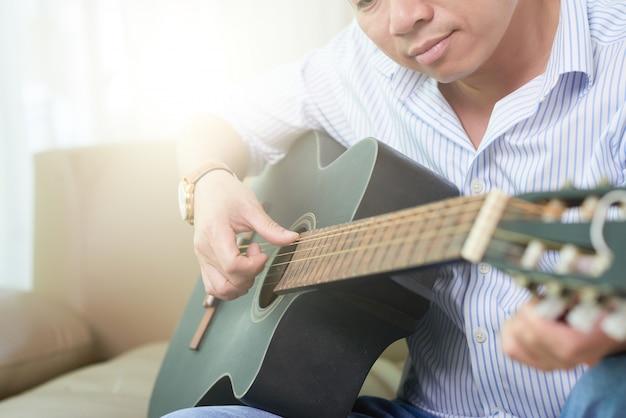 Musiker spielt gitarre