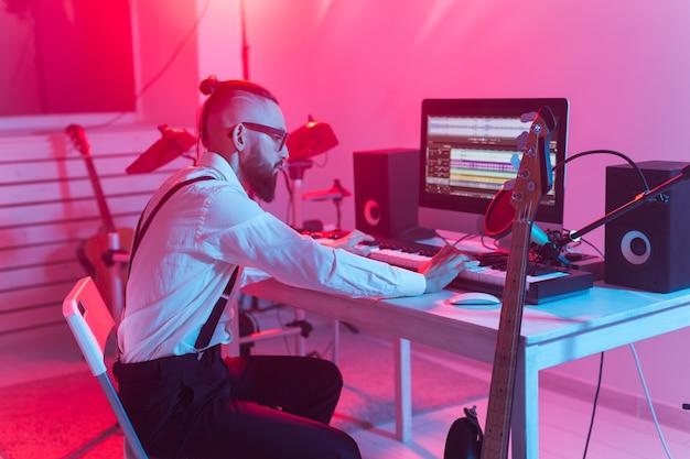 Musiker und musikkonzept - männlicher tonproduzent, der im tonstudio arbeitet.