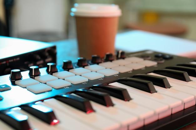 Musikerarbeitsplatz mit midi-tastatur, nahaufnahme