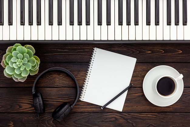 Musikerarbeitsset mit synthesizer, note und kopfhörern
