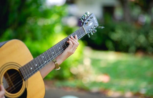 Musikerhände und akustische gitarre
