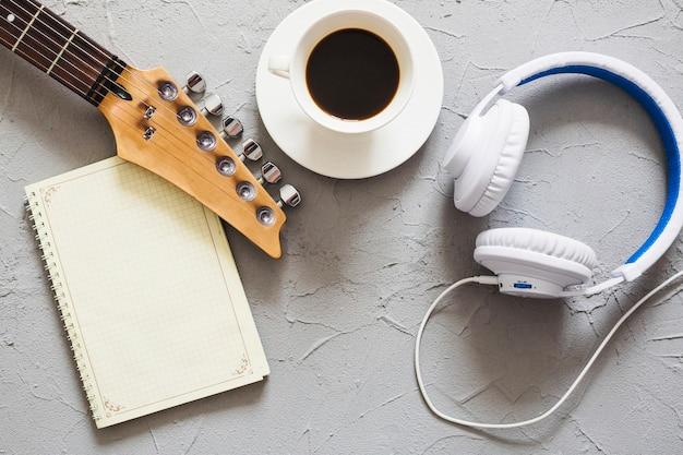 Musikgegenstände und kaffee