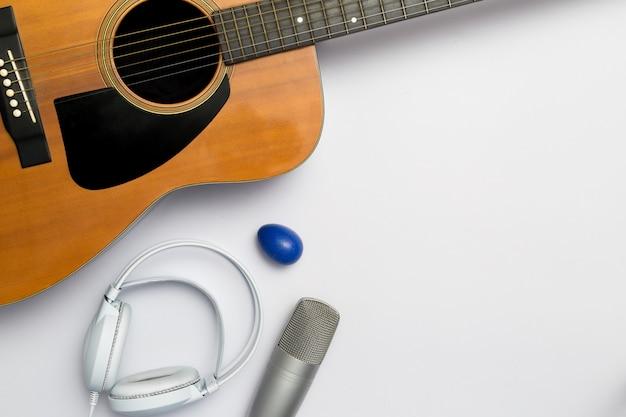 Musikinstrument auf einem weißen hintergrund.