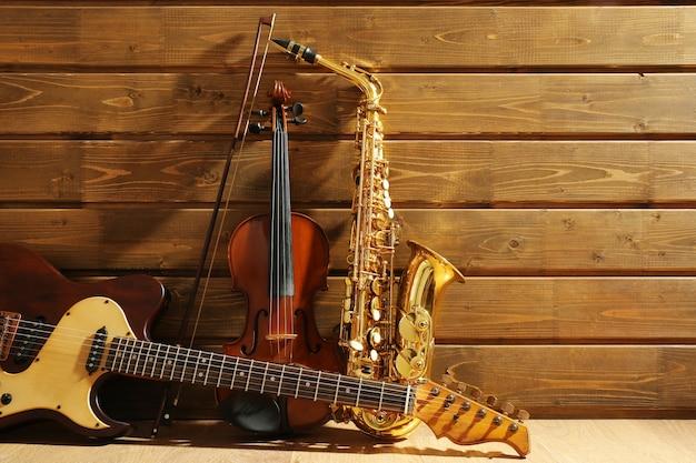 Musikinstrumente auf hölzernem hintergrund