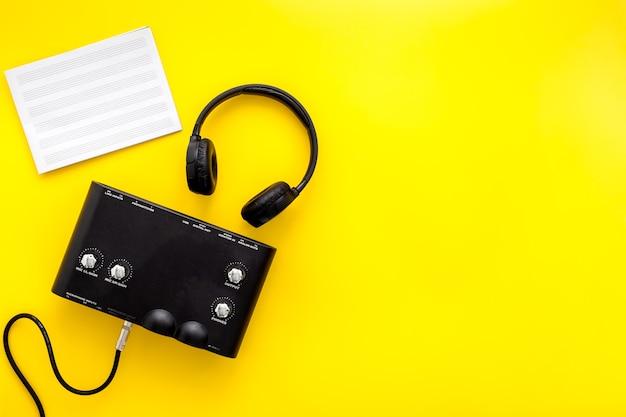 Musikinstrumentensynthesizer und kopfhörer zum aufnehmen von musik
