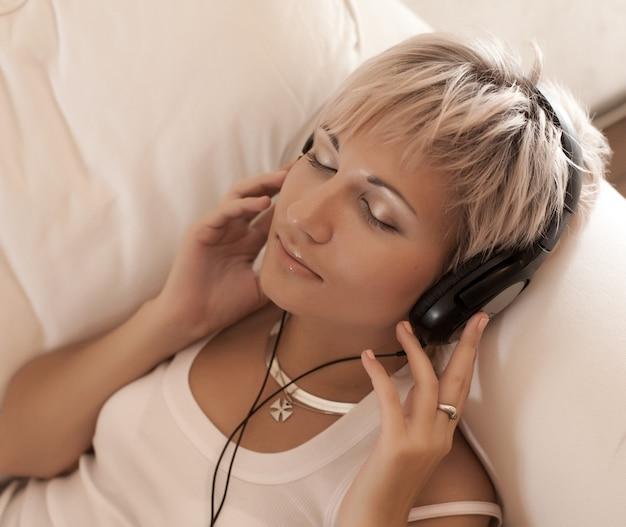 Musikkonzept: junge frau mit kopfhörern