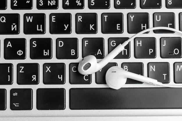 Musikkonzept - kopfhörer über laptop