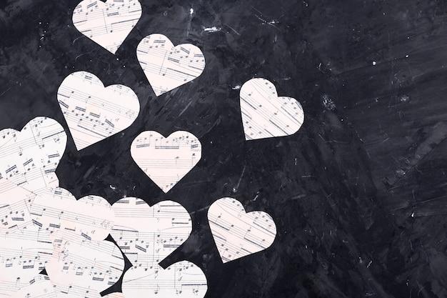 Musiknoten auf herzförmigem papier