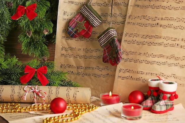 Musiknoten mit weihnachtsdekoration hautnah