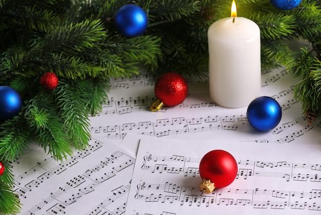Musiknoten mit weihnachtsdekoration