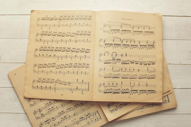 Musiknoten zu partituren