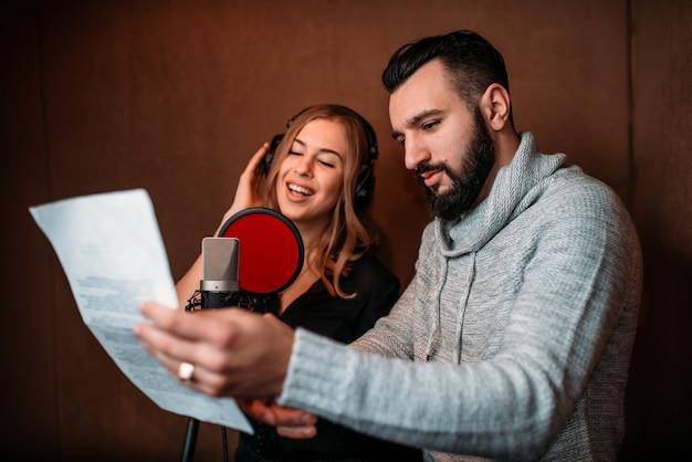 Musikproduzentin und sängerin in kopfhörern