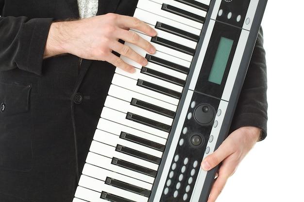 Musiksynthesizer in männlicher hand
