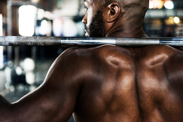 Muskelmann im fitnessstudio