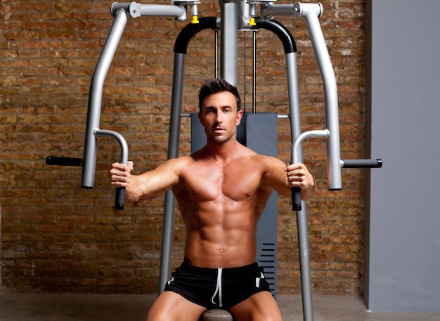 Muskelmannübung auf sportgymnastik fitnessclub