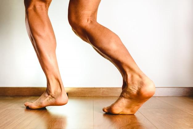 Muskeln des hinteren beines, musculus soleus und gastrocnemius, foto eines athleten.