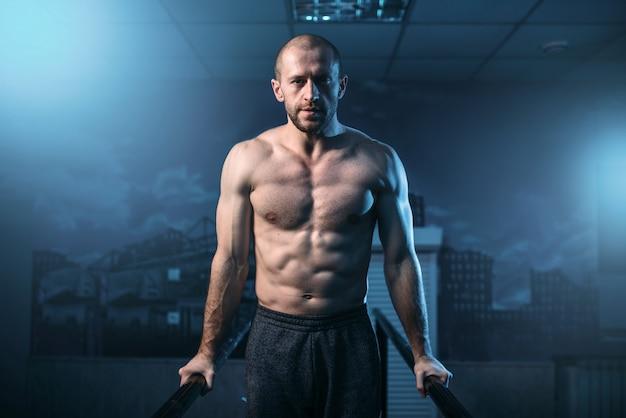 Muskelturnerübungen auf sportbars im fitnessstudio