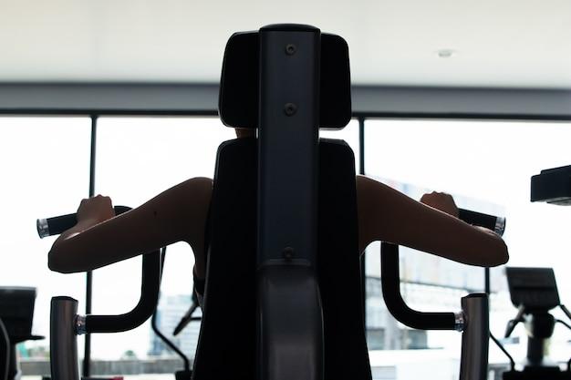 Muskulöse eignungsfrau übt gesunden lebensstil aus