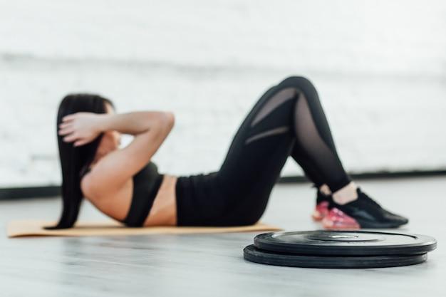 Muskulöse frau macht übungen