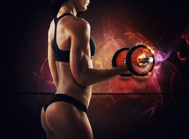 Muskulöse frau trainiert mit auf leichten spuren