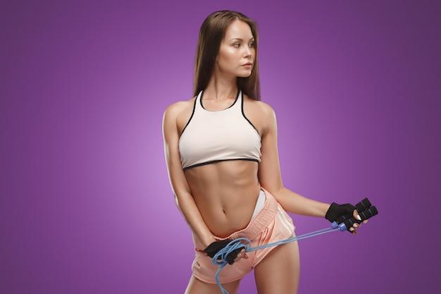 Muskulöse junge sportlerin posiert
