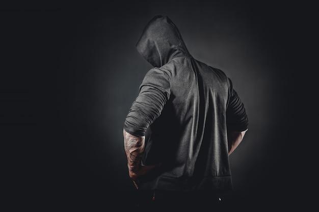 Muskulöse männliche bodybuilderaufstellung