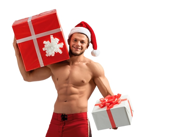 Muskulöse santa claus, die geschenke hält