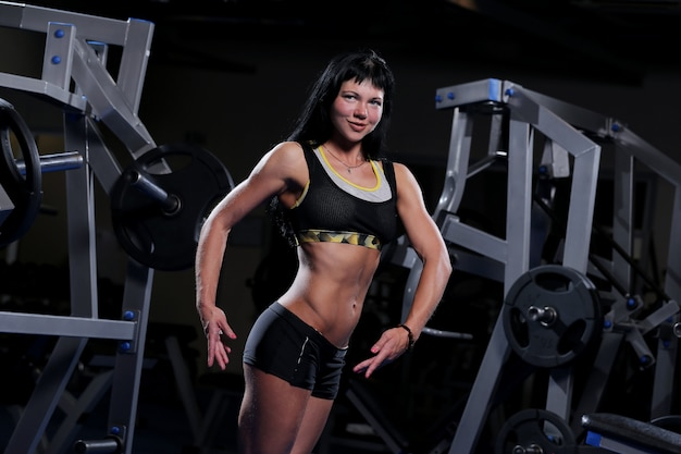 Muskulöse schöne frau an einer gymnastik