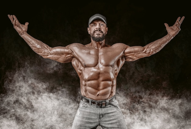Muskulöser athlet posiert. fitness und klassisches bodybuilding-konzept.