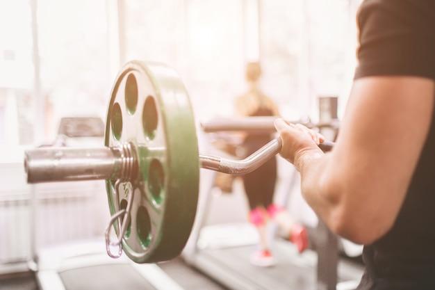 Muskulöser bärtiger mann während des trainings in der turnhalle.