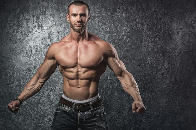 Muskulöser bärtiger mann