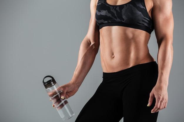 Muskulöser erwachsener weiblicher körper