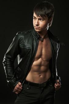 Muskulöser junger sexy gutaussehender mann im studio