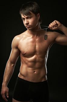 Muskulöser junger sexy gutaussehender mann