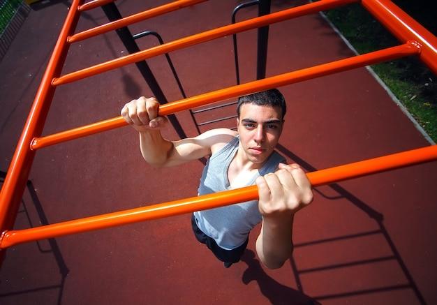 Muskulöser mann, der klimmzüge macht