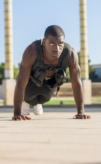 Muskulöser mann, der push-ups tut