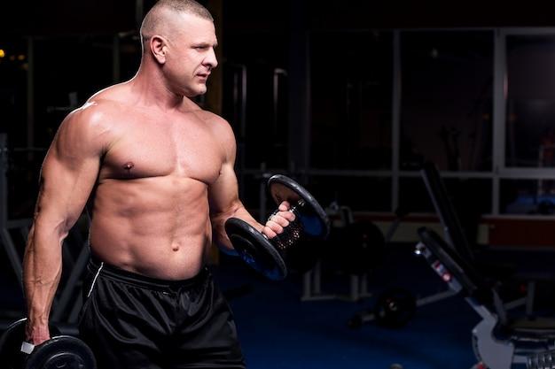 Muskulöser mann in einer turnhalle