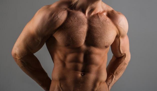 Muskulöser mann, mann nackt, rumpfmann. sportler, bodybuilding, fitness. muskulöser körper, nackter oberkörper.
