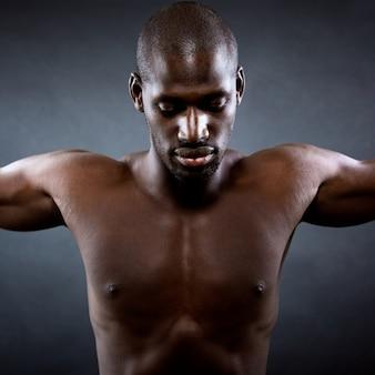 Muskulöser mann mit ausgestreckten armen. freiheitskonzept.