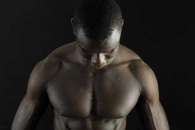 Muskulöser mann mit ausgestreckten armen.
