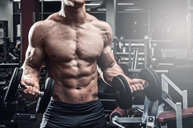Muskulöser mann mit hanteln