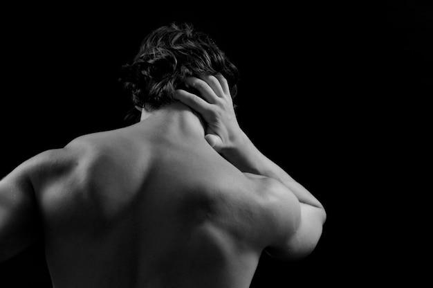 Muskulöser mann mit rückenschmerzen