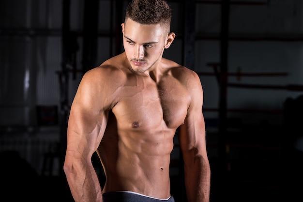 Muskulöser mann posiert