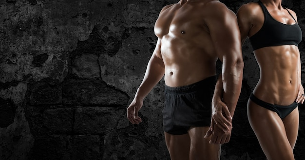 Muskulöser mann und frau trainieren im fitnessstudio